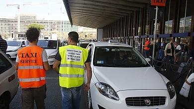 Taxi irregolari alla stazione Termini via ai i controlli fai-da-te    Foto