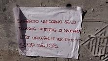 """Centro, spunta il cartello """"Smarrito unicorno""""  Ft"""