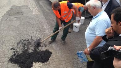 """Elastico e resistente all'acqua, nelle strade di Roma arriva l'asfalto """"a freddo""""    Fot o"""
