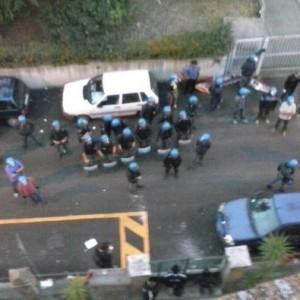"""Casa, i movimenti: """"Sfratto a Centocelle con lacrimogeni"""". La questura: """"Feriti due poliziotti"""""""