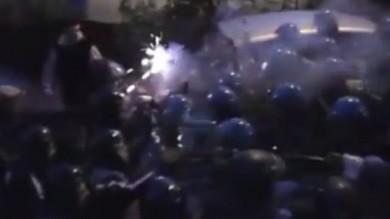 """Casa, i movimenti: 'Sfratto con lacrimogeni' La questura: """"Feriti due agenti""""    Video"""