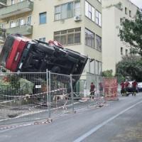 Incidente sul lavoro a Roma, si ribalta gru: feriti due operai