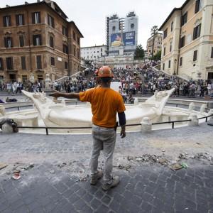 Piazza di Spagna, torna a splendere la fontana della Barcaccia restaurata