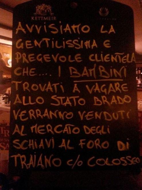 """""""No ai bambini allo stato brado"""", la lavagna di un ristorante di Roma"""