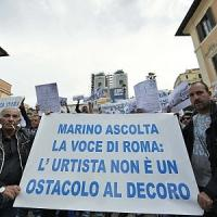 """Piazza di Spagna, sit-in dei commercianti ambulanti: """"No alle nuove regole del Comune"""""""