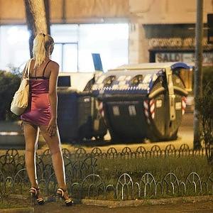 Pomezia, il sindaco grillino vieta di parlare con le prostitute