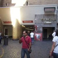 Paura a piazza di Spagna, fumo nella stazione metro. Nessun ferito