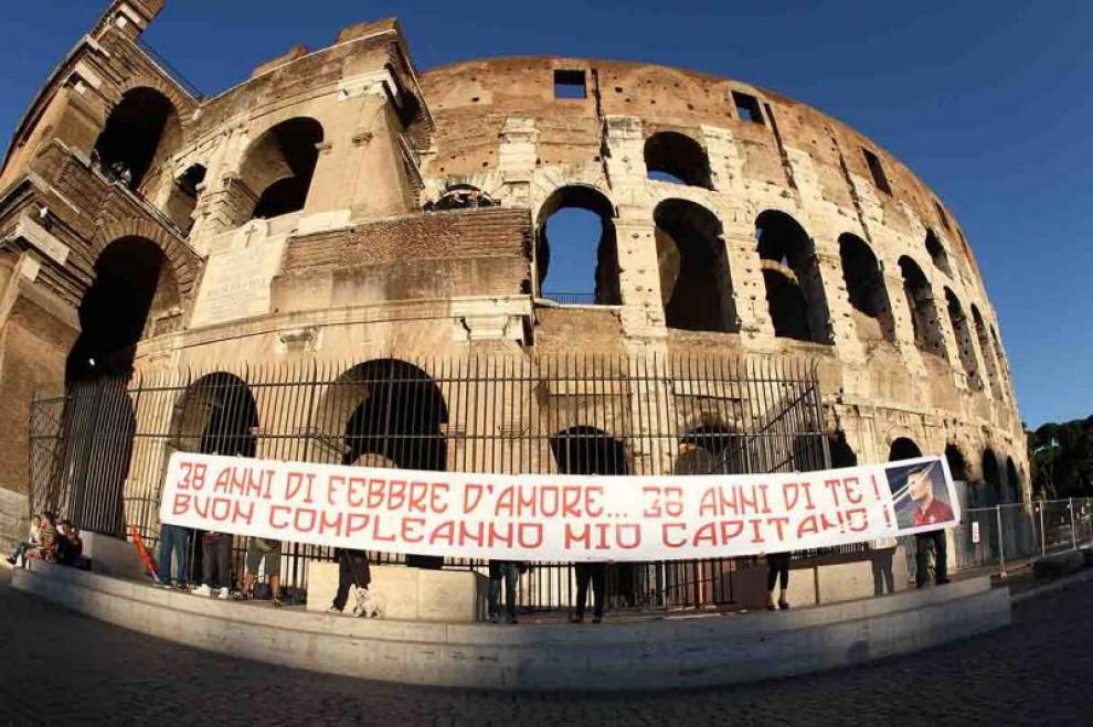"""Top Colosseo, lo striscione per il compleanno di Totti: """"38 anni di  MS83"""