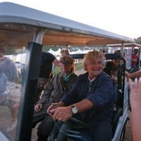 """Grillo e Casaleggio accerchiati dalla stampa, """"fuga"""" a bordo di un'auto elettrica"""