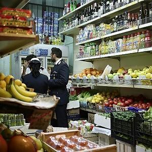 Esquilino, la truffa dei negozi cinesi.  Vendite all'ingrosso senza licenza