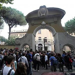 """Mamiani, studente picchiato fuori dal liceo: """"Aggredito da dieci ragazzi di estrema destra"""""""