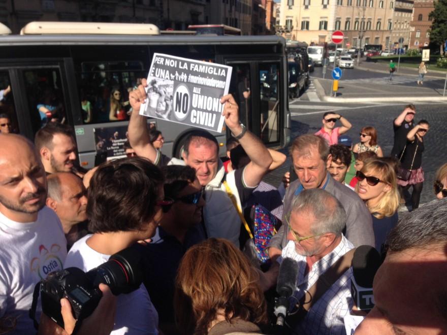 """Unioni civili, Ncd manifesta sotto al Campidoglio: """"No alle nozze gay"""""""