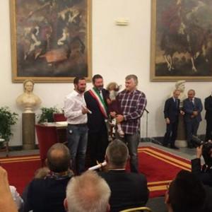 """Campidoglio, Marino trascrive le nozze gay. Alfano: """"Il sindaco firma autografi"""". Il prefetto: li cancelli, o lo farò io. L'attacco della Cei"""