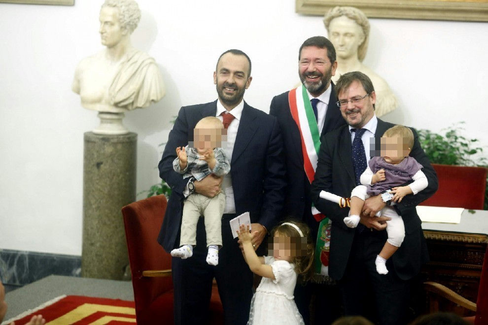 Matrimonio Gay Católico : Festa in campidoglio marino trascrive matrimoni gay