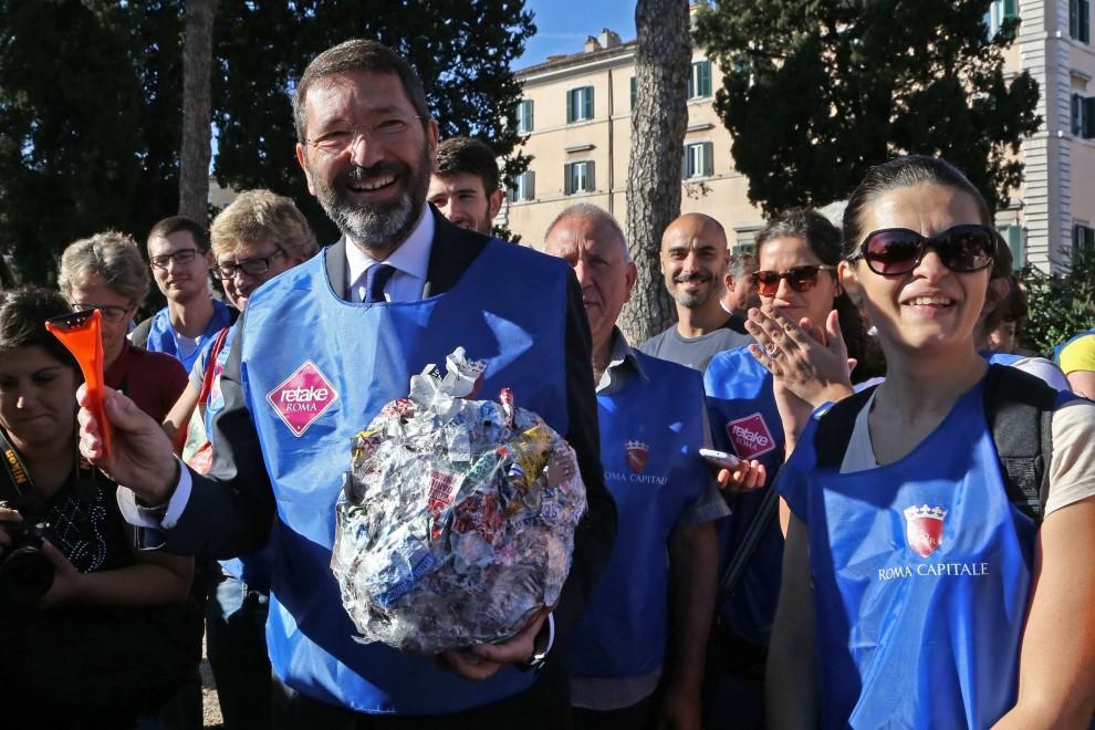 """Decoro, i """"retakers"""" consegnano al sindaco sacchi di adesivi rimossi da semafori e saracinesche"""