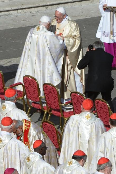 San pietro benedetto xvi alla beatificazione di paolo vi e l 39 abbraccio con papa francesco 1 - Vi metto a tavola san benedetto ...