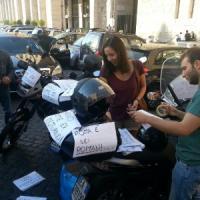 """""""No alla chiusura del Tridente"""", il flash mob dei motociclisti in piazza Augusto Imperatore"""