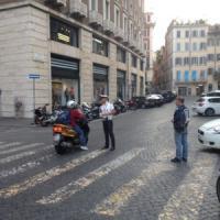 Tridente, vigili al lavoro e scooteristi disorientati per la nuova pedonalizzazione