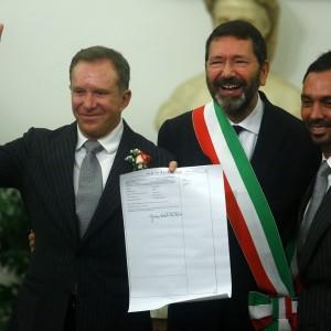 """Nozze gay, il prefetto scrive a Marino: """"Cancelli subito le trascrizioni"""""""
