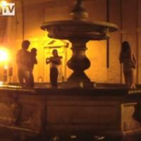 Bagno e girotondo nella fontana a Monti, multati sei turisti francesi ubriachi