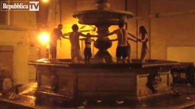 Bagno nella fontana multati sei turisti  Vd