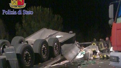 Incidente sull'A1, autista del tir  sospeso nel vuoto per ore: salvato   Foto