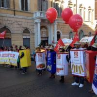 Corteo Cgil, la protesta delle donne 'pacco'