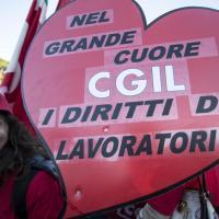 Corteo Cgil, gli striscioni e slogan in piazza a Roma