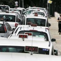 Taxi, da lunedì nuovi turni per le auto bianche: saranno di più