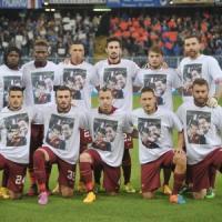 Samp-Roma, i giallorossi in campo con la t-shirt in ricordo di padre e figlio