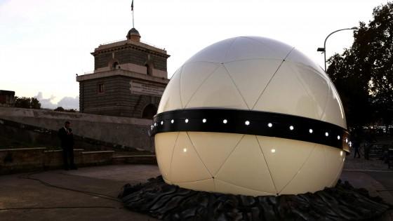 """Ponte Milvio, """"le sfere di plastica della Mercedes: uno sfregio alla città"""""""