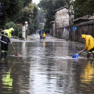 """Roma sotto la pioggia, grandinate e strade allagate. Il vicesindaco: """"Venerdì scuole aperte"""""""