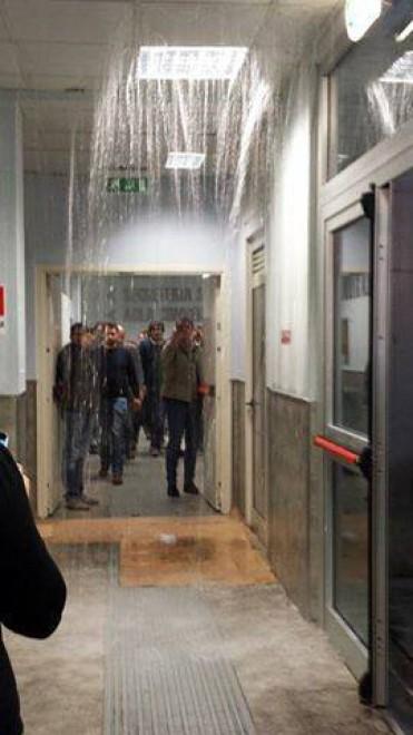 Tor Vergata, l'emergenza continua: cascata d'acqua a Ingegneria, crolla un controsoffitto a Chimica