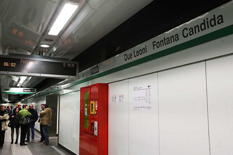 Metro C, apre la terza linea a Roma tra un breve stop per un guasto e foto di curiosi