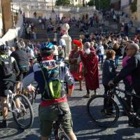 """""""Basta morti in strada"""", il flash mob di #salvaiciclisti in piazza di Spagna"""