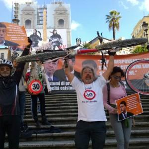 """#Salvaiciclisti, flash mob in piazza di Spagna: """"Basta morti in strada, vogliamo più sicurezza"""""""