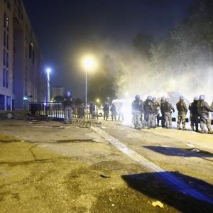 Tor Sapienza, un'altra giornata di caos. Un immigrato ferito al volto, scontri e polemiche
