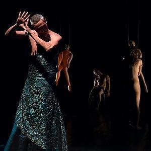 Ai piedi del Vesuvio, lo striptease dell'anima secondo Emma Dante