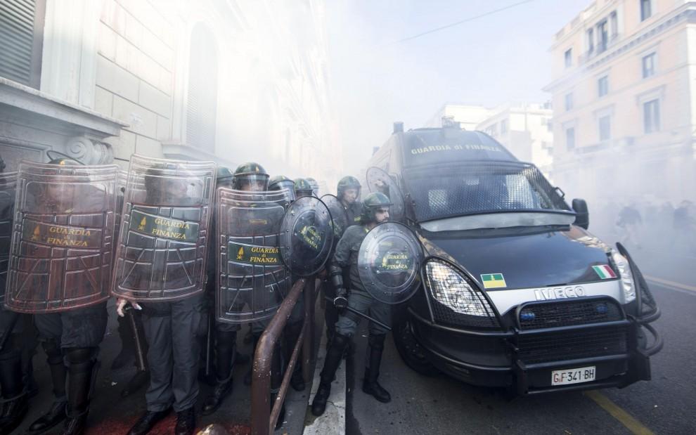 Κοινωνική απεργία, η διαδήλωση της Ρώμης αυγά στο Υπουργείο Οικονομίας και της Γερμανικής Πρεσβείας