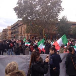 """La marcia delle periferie dietro al Tricolore: """"Basta Marino, no all'immigrazione"""""""