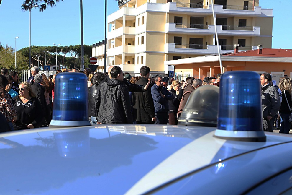 """Infernetto, cento residenti in piazza: """"No ai rifugiati di Tor Sapienza"""""""