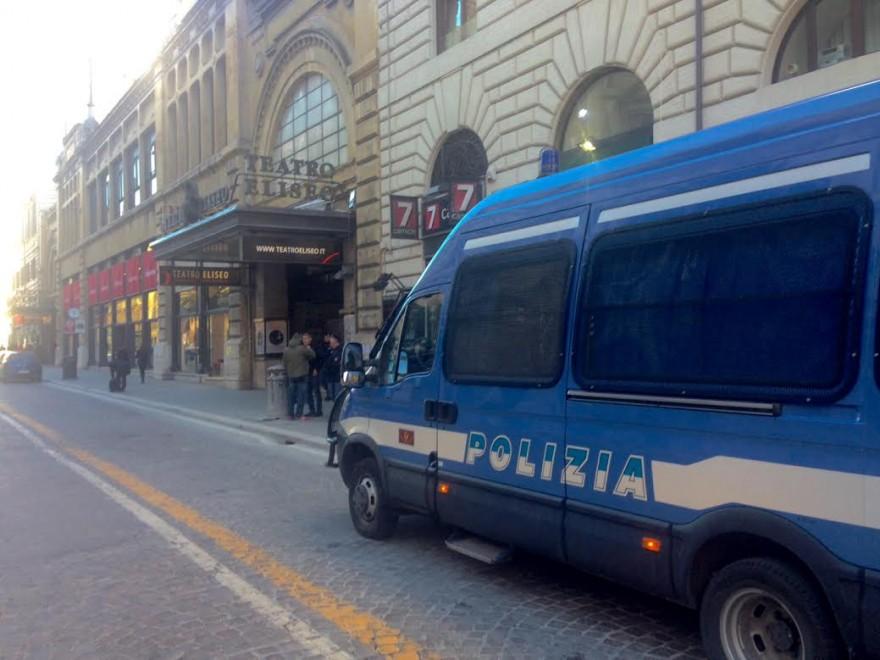 Lo sfratto del Teatro Eliseo, i lavoratori in strada