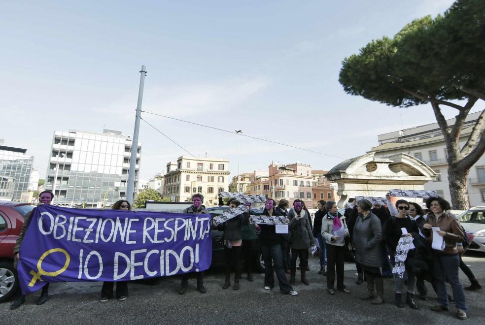 """Violenza donne, corteo al Policlinico: """"Applicare la legge 194"""""""