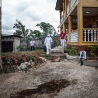 Ebola, il medico contagiato nelle foto di Emergency: dall'Africa a Roma