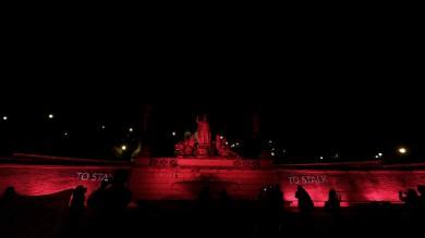 Contro la violenza sulle donne    Video       piazza del Popolo s'illumina di rosso    Foto