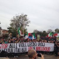 Roma, CasaPound blocca l'ingresso dei bimbi rom a scuola. La condanna del Campidoglio