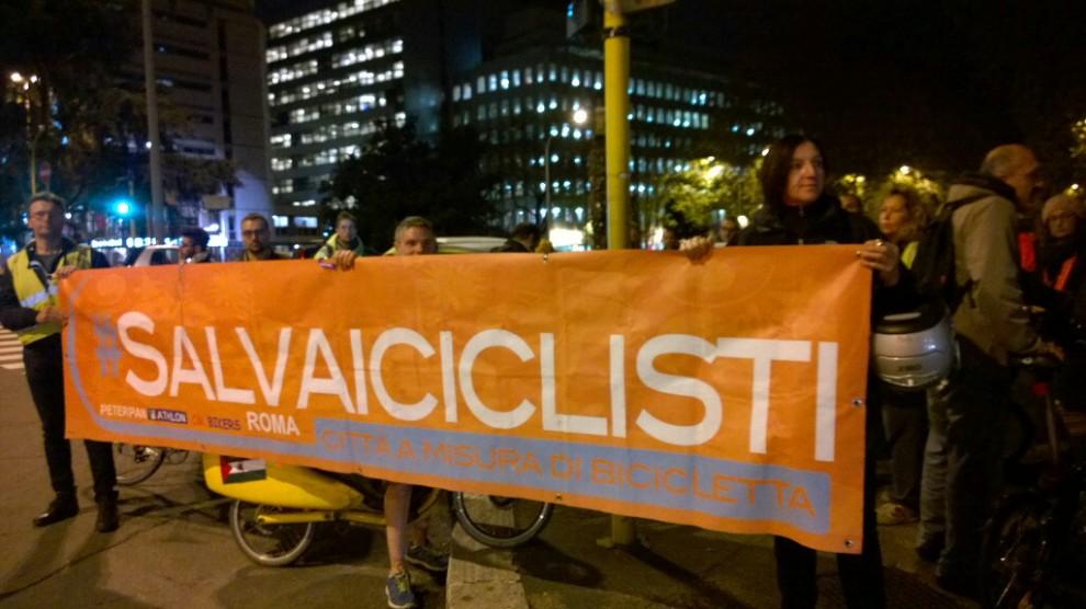 """""""Basta stragi sulle strade"""", la protesta dei ciclisti"""