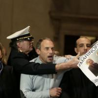 Mafia Capitale, blitz della Lega e M5S in Campidoglio: rissa e bagarre