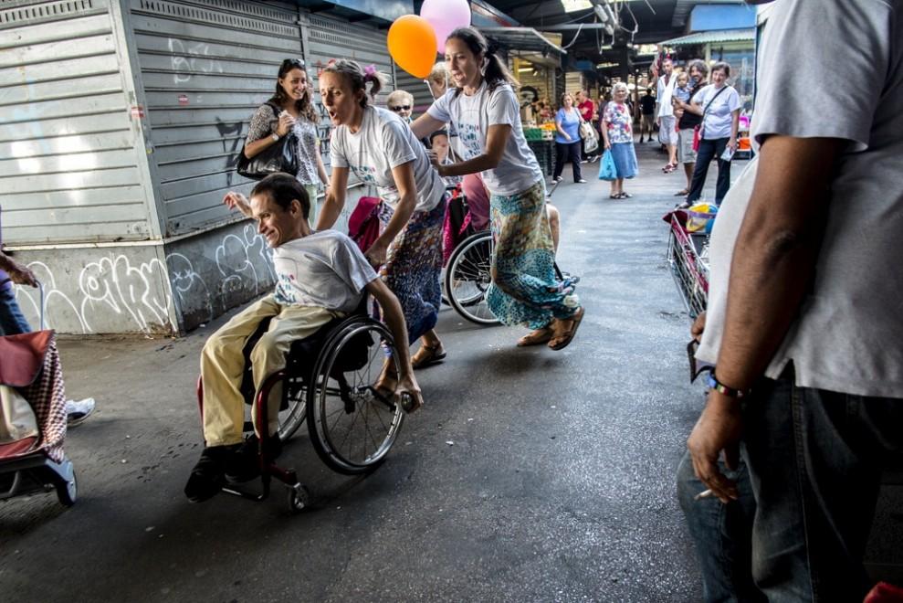 """""""Un giro in carrozza"""", il teatro di strada degli attori-disabili"""