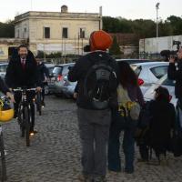 """Marino in bici al Testaccio: """"Rischi per la mia sicurezza? Il prefetto non è il mio papà"""""""